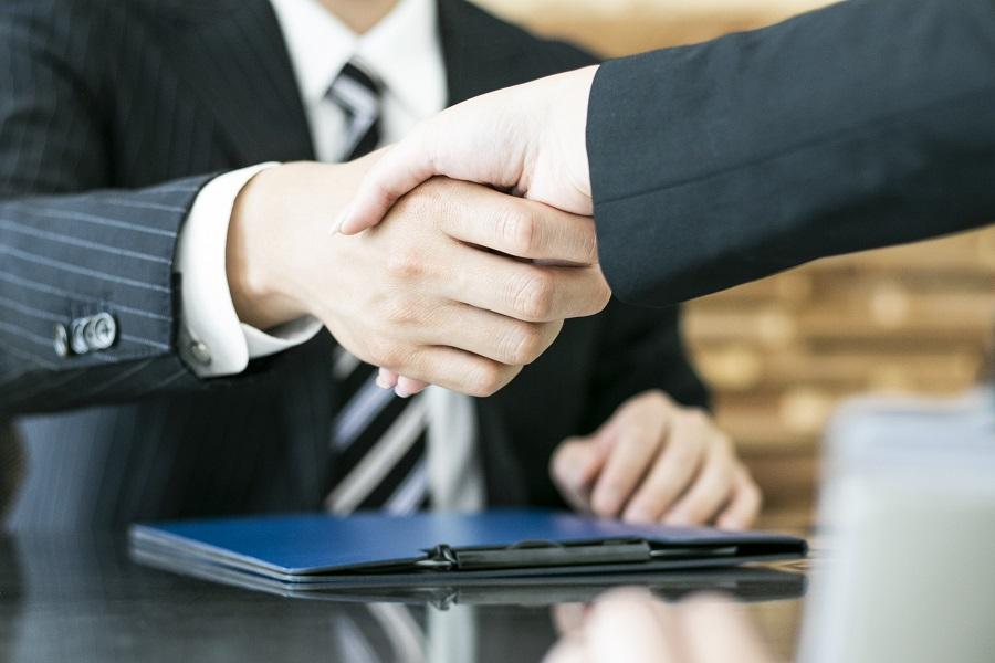 未来の同僚と握手