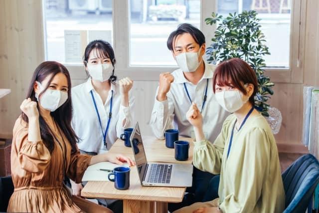 マスクをする従業員たち